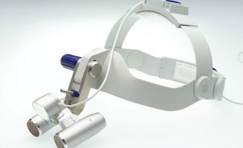 Sistem za na glavo s povečavo in LED osvetlitvijo